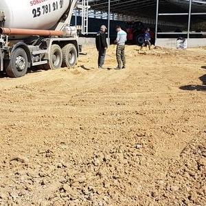 Dwa białe betonowozy BET-BUD