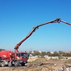 Betonowozy podczas wylewania betonu